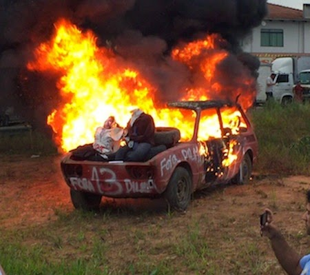 queima-carro-bonec-dilma
